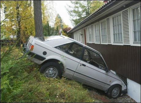 UHELDIG: Denne sjåføren tok feil av gass - og bremsepedalen og bulket bilen i husveggen. Flere undersøkelser viser at sjåfører har lettere for å kolliderer i nærmiljøet. Foto: Scanpix