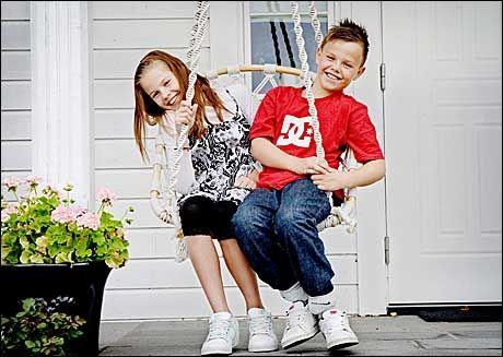 FIKK TILBUD: Camilla Karlsen (11) er en av 7.-klassingene som har fått tilbud om HPV-vaksinen. Nå mener eksperter at også guttene bør vaksineres, for å redusere risiko for kreft i mandlene. Men tvillingbroren Christian får foreløpig ikke noe tilbud fra det offentlige. Foto: Linn Cathrin Olsen