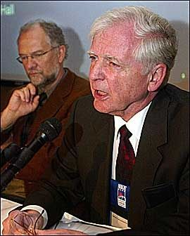 HAR MØTTES FØR: Harald zur Hausen (t.v.) holdt i 2002 en pressekonferanse sammen med professor Gustav Gaudemack. Foto: Scanpix