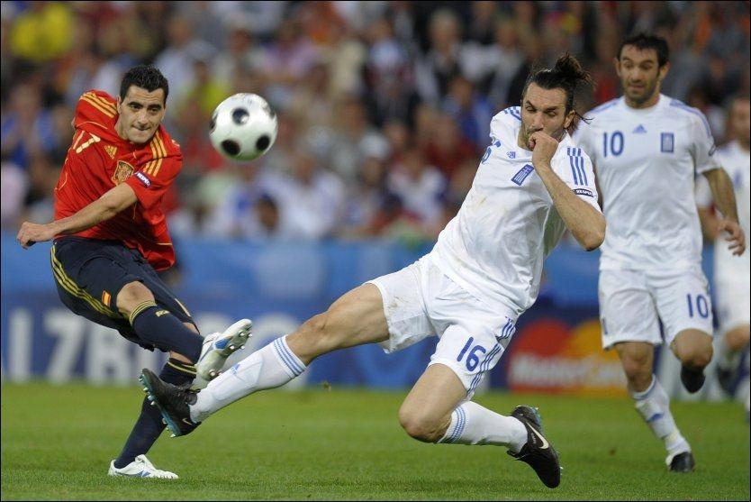 TØFF SPILLER: Sotiris Kyrgiakos (til høyre) trykker til i en takling mot Spanias Daniel Guiza under EM 2008. Nå er grekeren Liverpool-klar. Foto: Reuters