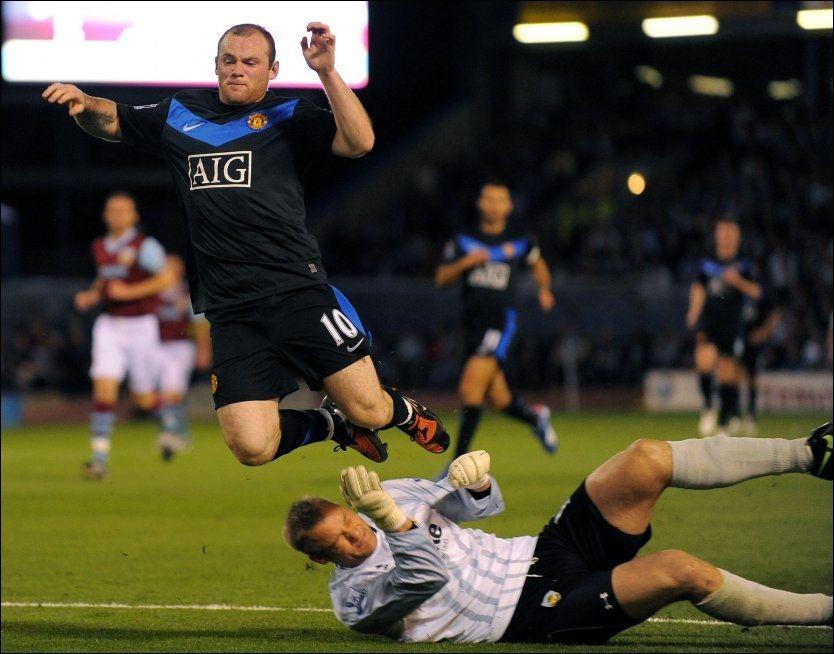 FIKK DET TØFT: Wayne Rooney og Manchester United tapte 0-1 mot Brian Jensen og Burnley i kveldens Premier League-kamp. Foto: AFP