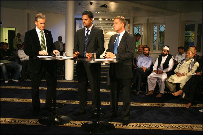 UTEN SKO: Jonas Gahr Støre (AP), Abid Raja (Venstre) og Jonas Gahr Støre i sokkelesten og klare til debatt om innvandring i Oslo-moskeen Islamic Cultural Center. Yttest til høyre vises moskeens imam Mehboob-u Rehman. Foto: Mads A. Andersen