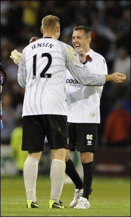 SEIERSGLEDE: Burnley-manager Owen Coyle omfavner banens bestemann, keeper Brian Jensen. Foto: Reuters