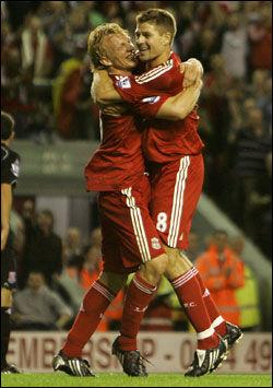 KAPTEIN: Steven Gerrard feirer 3-0-scoringen sammen med Dirk Kuyt. Foto: AP