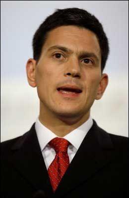 RASER: Storbritanias utenriksminister David Milliband. Foto: AFP