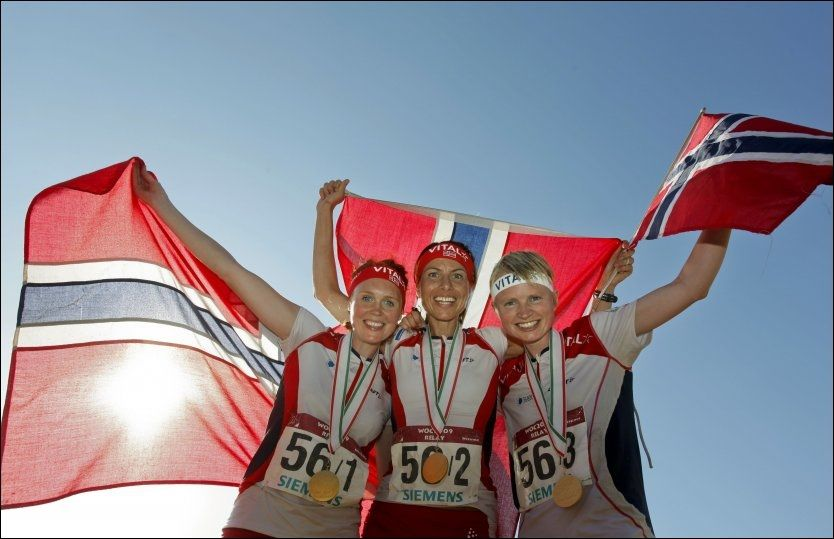 GULLJENTER: Anne Margrethe Hausken, Marianne Andersen (t.h.) og Betty Ann Bjerkreim Nilsen (t.v.), tok gull på stafetten. Foto: Scanpix