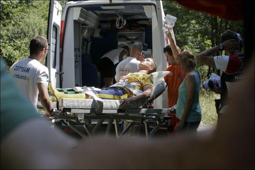 PÅ SYKEHUS: Her blir svensken Martin Johansson fraktet bort i ambulanse, etter å ha blitt spiddet av en pinne. Foto: scanpix