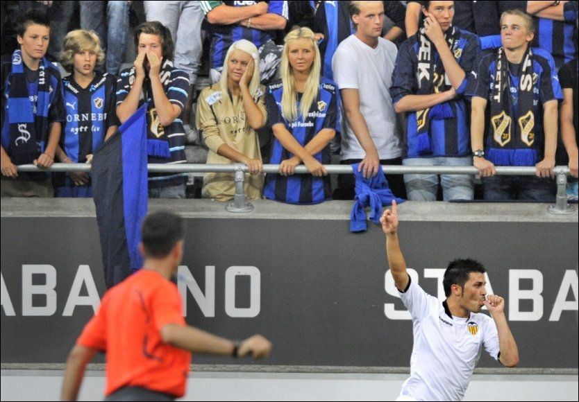 TOMMELEN I MUNN: David Villa feirer mål mot Stabæk ved å hylle sin nyfødte datter. Foto: Bjørn S. Delebekk