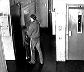 AVSLØRT: Dette overvåkningsbildet fra Trondheim i 2003 viser Erik Andersen sammen med et av sine ofre. 57-åringen har erkjent dette forholdet.