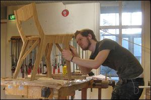 FLATMATE: Møbeldesigner Morten Engebretsen jobber på flerbruksstolen Flatmate. Foto: Privat