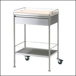FLYTTA: Dette trancherbordet fra IKEA gir deg sårt tiltrengt benkeplass på kjøkkenet, og fungerer ellers bra til oppbevaring. Foto: IKEA