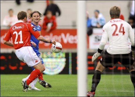 Kristjan Örn Sigurdsson i duell med matchvinner Ørjan Røyrane. Foto: Marit Hommedal / Scanpix