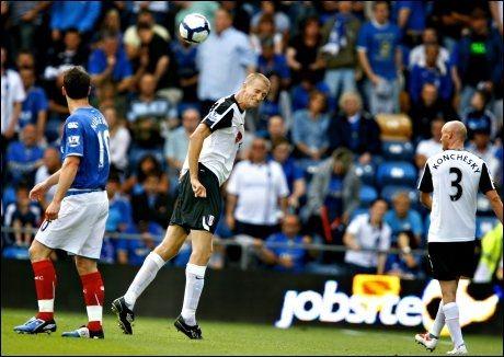 FORSVARSBAUTA: Brede Hangeland (i midten) har hatt stor suksess i Fulham. Her er han avbildet i årets seriepremiere, hvor Portsmouth ble slått 1-0. Foto: Fredrik Solstad