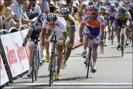 VANT MASSESPURT OGSÅ: Edvald Boasson Hagen vant de to siste etappene i Eneco Tour. Mandag vant han etter massespurt. Foto: AFP