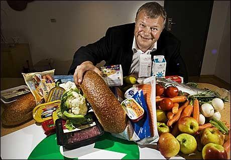 MED NØKKELHULL: Bjarne Håkon Hanssen er en matglad helseminister, som hilser enda flere sunne Nøkkelhull- produkter velkommen. Foto: Frode Hansen