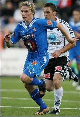 - SES AV ROSENBORG: Tromsøs Ruben Yttergård Jensen skal ha vakt Rosenborgs interesse. Her i duell med Odds Tommy Svindal larsen (bak). Foto: Scanpix