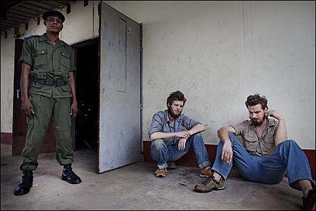 NY DAG I RETTEN: De to tiltalte nordmennene Joshua French (nummer to fra venstre) og Tjostolv Moland (t.h.) venter utenfor rettslokalet i Kisangani torsdag morgen. Foto: JØRGEN BRAASTAD