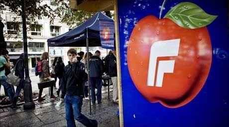 VALGKAMP: Fremskrittspartiets valgbod på Karl Johans gate i Oslo. Foto: Scanpix
