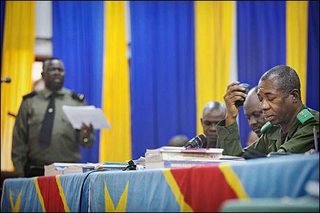 UREALISTISK: Rettspresidenten uttaler at han synes pengekravet til statsadvokaten er for høyt. Rettspresidenten sitter til høyre og aktor til venstre. Foto: JØRGEN BRAASTAD