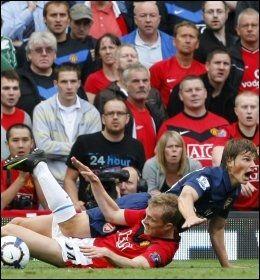 BURDE VÆRT STRAFFE: Her feier Manchester Uniteds Darren Fletcher beina under Arsenals Andrej Arsjavin. Selv om det kunne se ut som Fletcher tok ballen og taklingen var ren, var den eneste kroppsdelen han berørte ballen med hans venstre hånd. Straffen burde derfor vært soleklar. Foto: Reuters