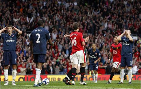 AVGJØRELSEN: Her har Abou Diaby akkurat headet inn Uniteds seiersmål, til medspillernes store frustrasjon. Foto: AP