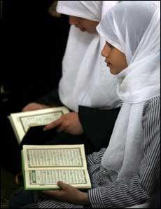 STOPP: Frp vil begrense økonomisk støtte til Palestina. Her får palestinske jenter undervisning på en koranskole i Gaza. Foto: EPA