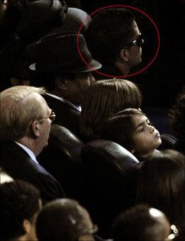 MELLOM FAR OG MOR JACKSON: Her sitter Omer Bhatti, midt mellom Michaels foreldre Joe og Katherine Jackson. Et sete bortenfor sitter Michaels to sønner. Foto: Reuters Foto: Reuters