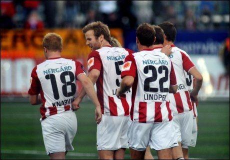 JUBEL: Tromsø-jubel etter at Kevin Larsen (i midten) ga hjemmelaget ledelsen 2-0 på frispark. Foto: Scanpix