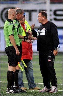 FRUSTRERT: Tom Nordlie (t.h.), i samtale med dommer Espen Berntsen etter kampen. Foto: Scanpix