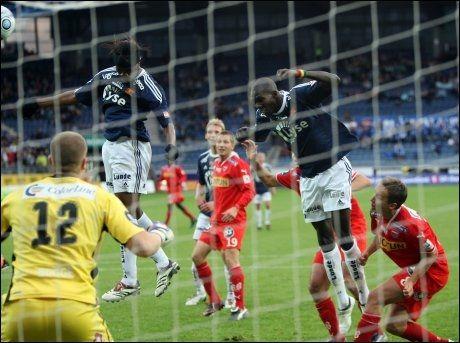SE, HAN SCORER IJEHN! Peter Ijeh setter ballen bak Espen Bugge Pettersen og utligner til 2-2. Foto: Scanpix