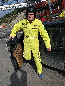 VRAKET BILEN: Dine Pengers utsendte Sjur Jansen kjørte i stykker den ene bilen. Det var drivakselen som løsnet. Foto: Geir Ormseth