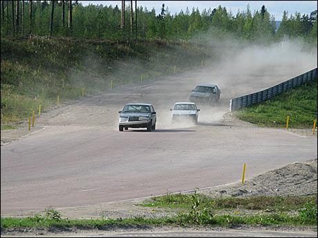 BRA TRØKK: De gamle Volvo 940-modellene som gir benyttet har bra trøkk. Alle bilene er forsterket med veltbøyler. Foto: Sjur Jansen