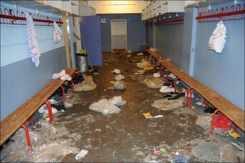 HELT PÅ TRYNET: De frivillige hjelperne fikk søppelsjokk da de skulle rydde opp i garderobene i Kristins Hall. Foto: Henning Evensen