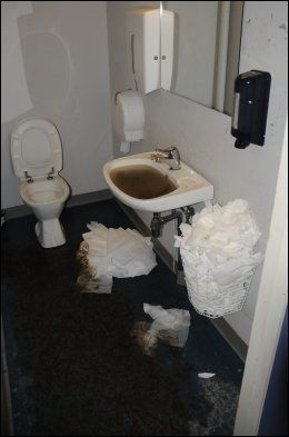 RANT OVER: Håndvasken i en av garderobene var tilstoppet av gjørme. Foto: Henning Evensen