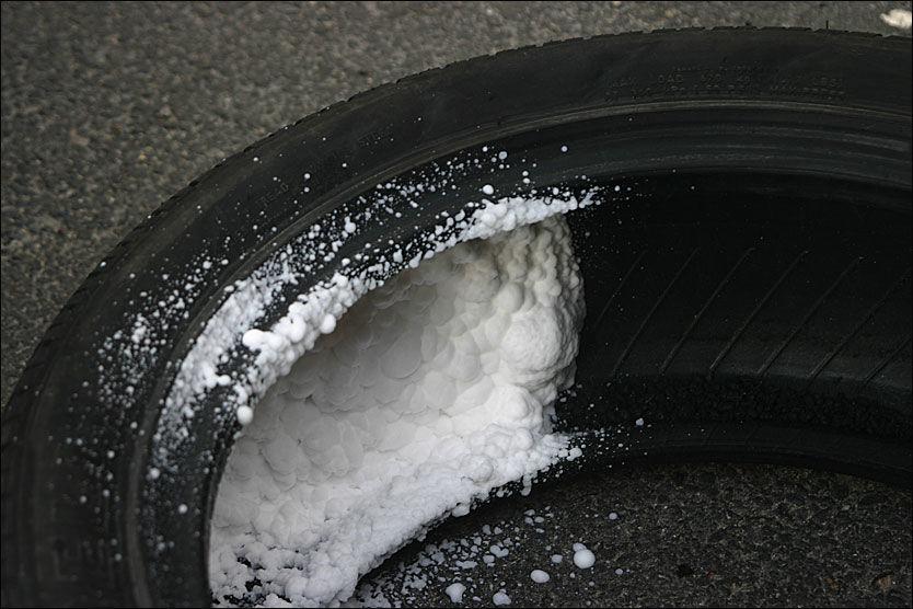 UT: Reservehjulet er på vei ut av nye biler. I dag har mange nye biler skumtetting mot punktering, som erstatning for reservehjulet. I fremtiden kjører de fleste med punkteringssikre dekk, tror bransjen. Foto: Hanne Hattrem