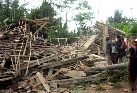 SAMMENRAST: En rekke boliger og andre bygninger er mer eller mindre jevnet med jorden etter skjelvet. Foto: AP