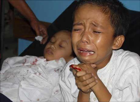 UNGE OFRE: Mange av ofrene for jordskjelvet i Indonesia onsdag er barn og unge. Her gråter en skadet gutt etter å ha blitt brakt inn til et sykehus. Foto: Reuters