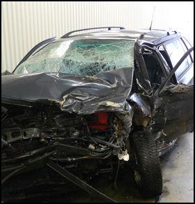 VRAKET: Slik så familiebilen til småbarnsfamilien ut etter at en Audi kjørte inn i fronten på den på Riksvei 4 i mars i fjor. Mor, far og datter overlevde ulykken, mens sønnen Edvard omkom momentant. Foto: Privat