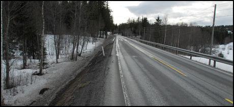 ULYKKESSTEDET: Her, på Riksvei fire mellom Oslo og Gjøvik, skjedde ulykken i mars i fjor. Det var glatt føre, snøvær og dårlig sikt da personbilene braste i hverandre. Foto: Håvard Solstad