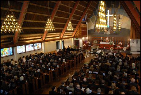 SISTE FARVEL: Familie og venner tar et siste farvel med lille Edvard i Torshov kirke 7.april i fjor. Foto: Håvard Solstad