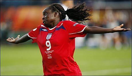 MATCHVINNER: Eniola Aluko feirer 3-2-målet mot Finland, og sendte med det vertslandet ut av EM-sluttspillet. Foto: EPA