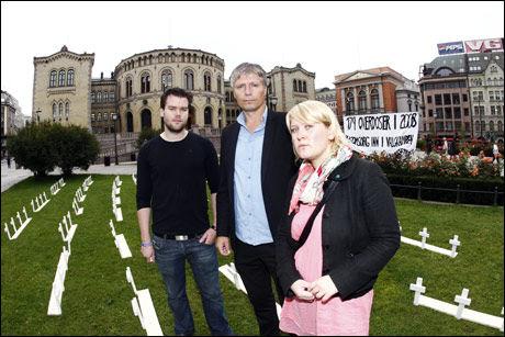 AKSJON: Anders Bergsaker (leder i Oslo Unge Venstre), Ola Elvestuen ( leder Oslo Venstre) og Anne Solsvik ( leder Unge Venstre),sett fra venstre, foran Stortinget torsdag formiddag. Foto: Scanpix