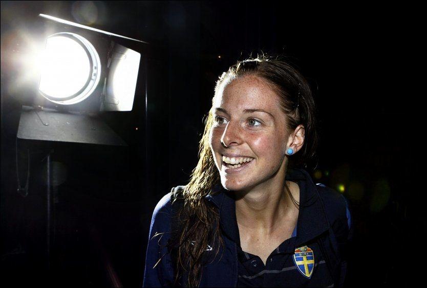 SVERIGES STORE STJERNE: Lotta Schelin var et eneste stort smil etter mandagens kamp mot England. Angriperen er trolig den største trusselen mot norsk avansement i morgen. Foto: Ulf Höjer/Aftonbladet