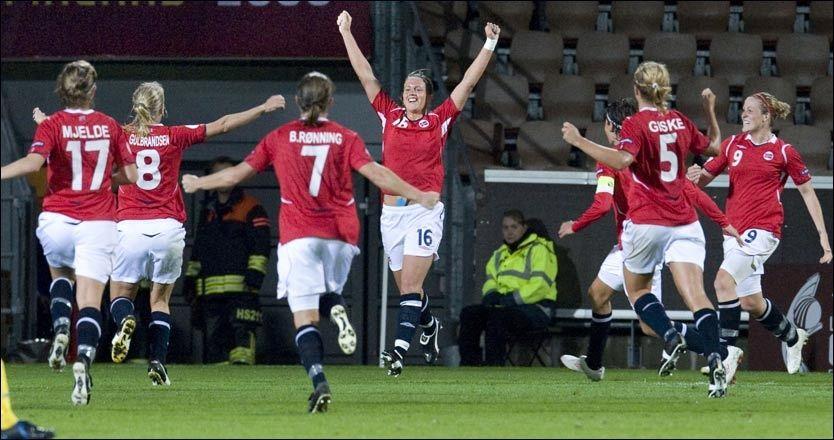 JUBELKVELD: Her feirer de norske jentene den første scoringen mot Sverige som var klare forhåndsfavoritter. Det ble mer å juble for utover i kampen. Foto: Scanpix