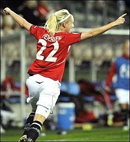 HERLIG SCORING: Cecilie Pedersen ble byttet inn og sørget for en scoring av den meget frekke sorten mot Sverige. Foto: Scanpix