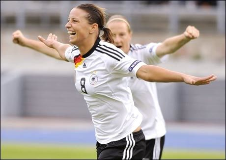 SCORET TO: Inka Grings ble dagens store heltinne for de tyske fotballjentene. Foto: AFP