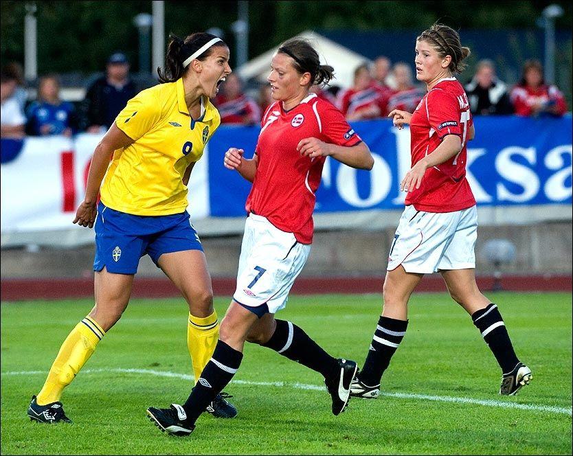 HER SMELLER DET: Sveriges Jessica Landström (til venstre) serverte noen saftige gloser til Trine Bjerke Rønning (midten) og Maren Mjelde da Norge og Sverige møttes i Enköping til treningskamp i august. Norge vant 1-0. Foto: Scanpix