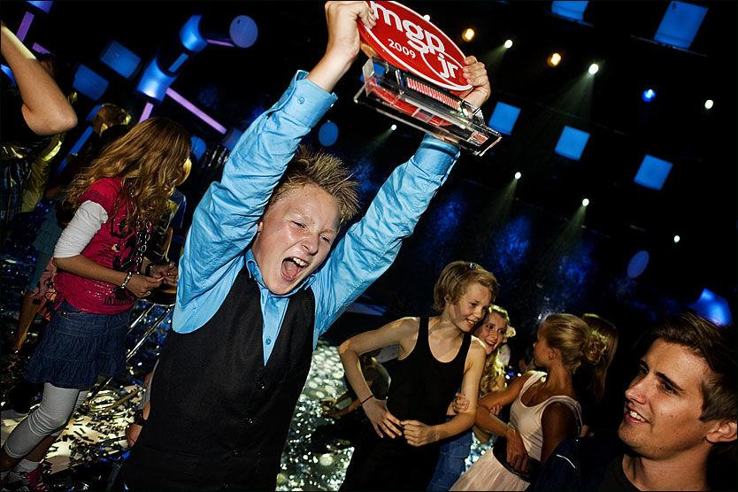 SEIERSBRØL: Jørgen Dahl Moe (13) kunne slippe jubelen løs ette at han vant Melodi Grand Prix Junior med sangen «Din Egen Vei». Foto: Scanpix