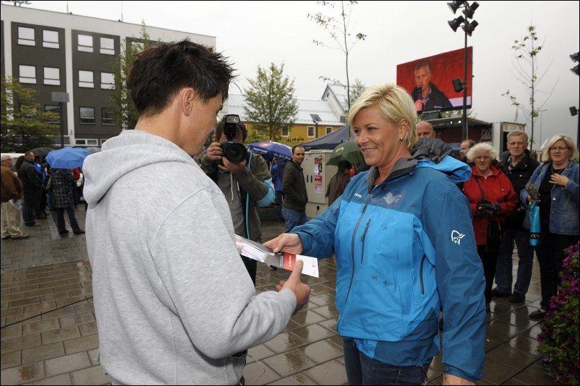 KVINNEFLUKT: Frp-leder Siv Jensen fikk god kontakt med de mannlige velgerne da hun drev valgkapm i Tromsø i helgen. Kvinnene vender imidlertid partiet ryggen. Foto: Terje Mortensen