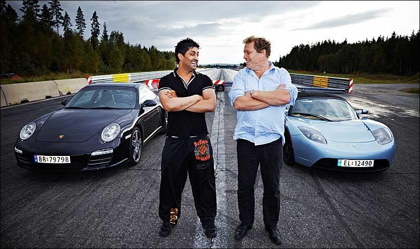 PORSCHE VS. EL-BIL: Tommy Sharif og Frederic Hauge poserer foran hver sin bil, før løpet. Begge er sikre på å vinne. Foto: Espen S. Hoen
